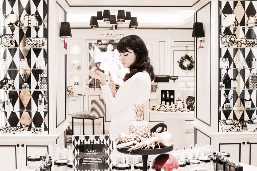 Lavinia Guglielman all'interno dello Store di Jo Malone London a Roma provando le sue fragranze
