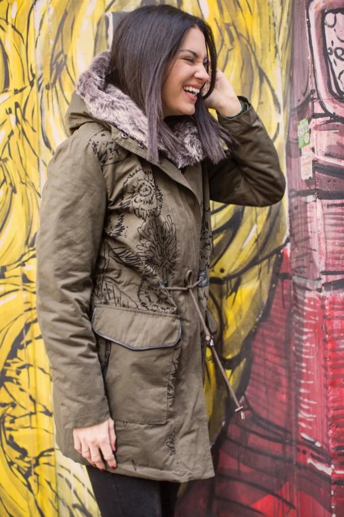 Lavinia Guglielman che ride con look Desigual davanti un murales