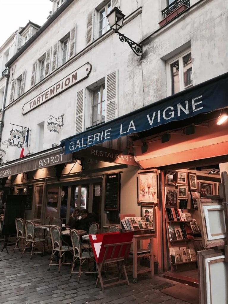 Foto di bistrot nel quartiere di Montmartre di Parigi
