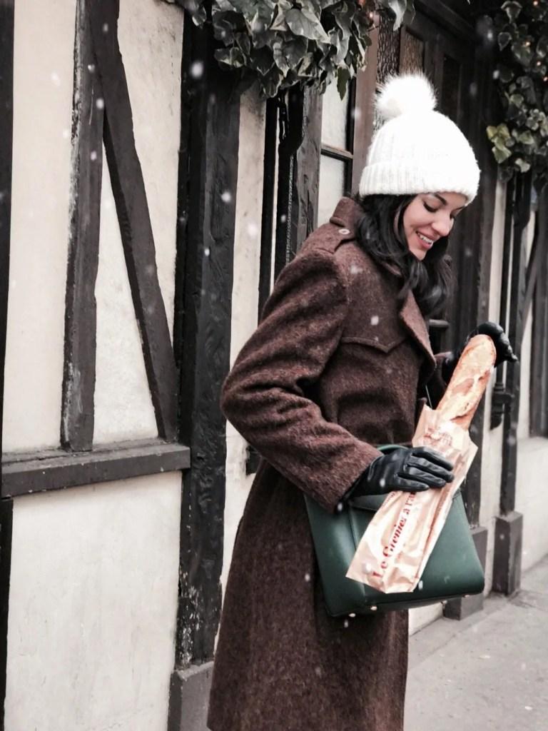 Lavinia Guglielman con una Baguette in mano in giro per Parigi