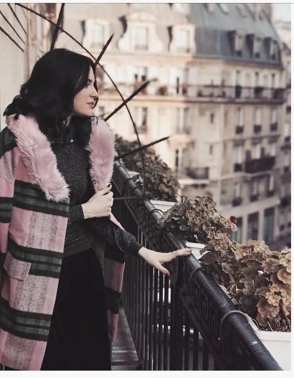 Lavinia Guglielman affacciata su un balcone di Parigi