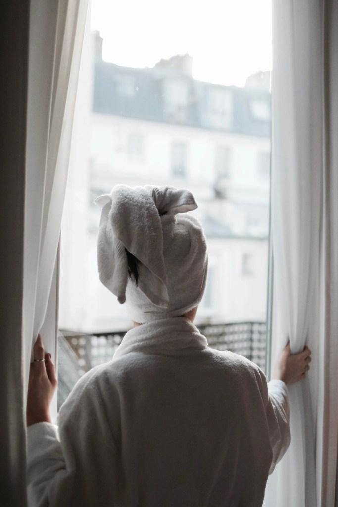 Lavinia Guglielman in accappatoio in finestra nell'hotel Paris Bastille Boutet