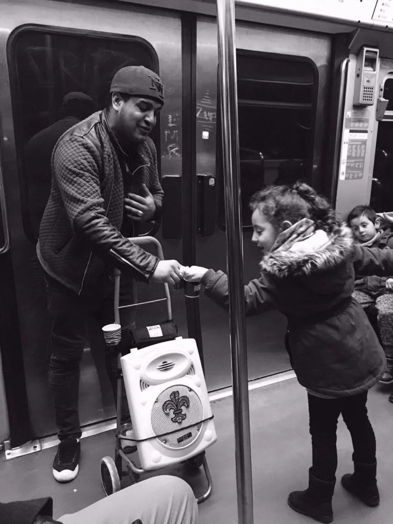 Artista di strada che si esibisce sulla metro di Parigi