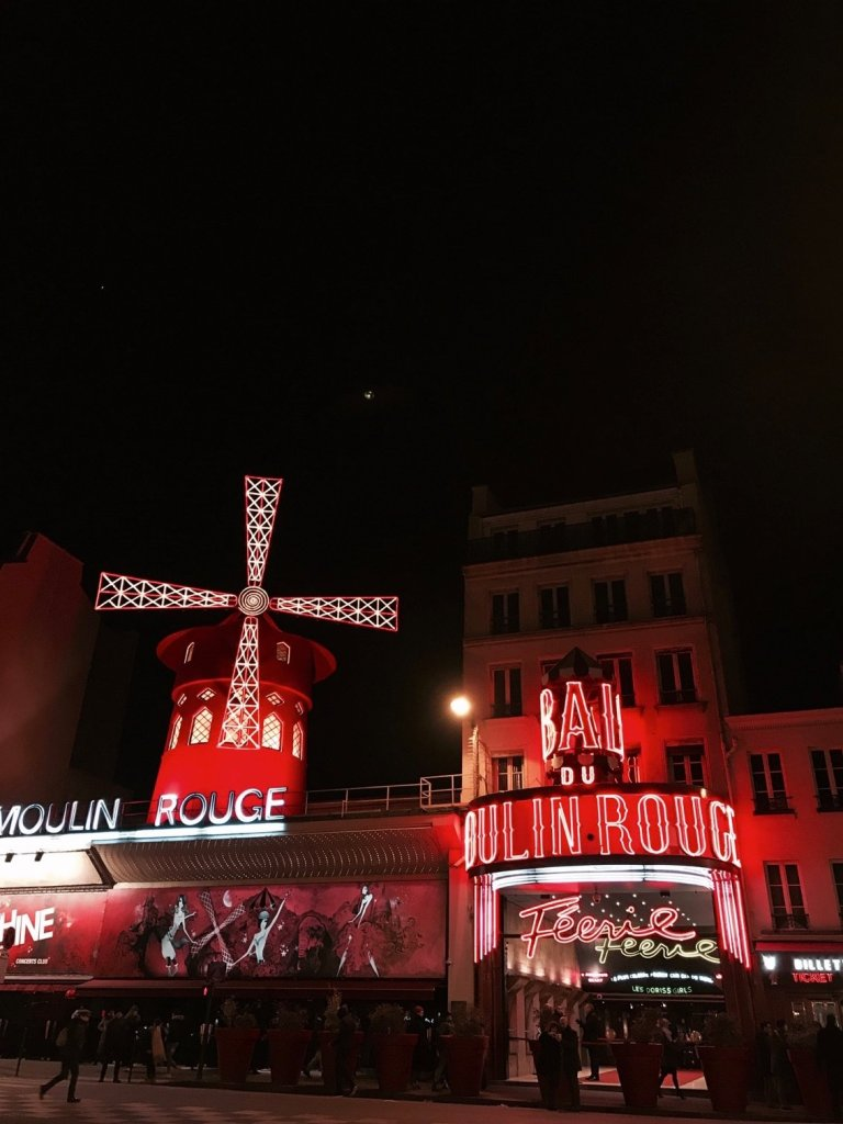 Foto dell'esterno del Moulin Rouge di Parigi