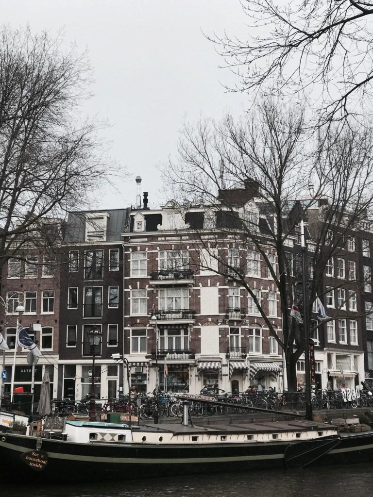Palazzi e barche nei canali di Amsterdam