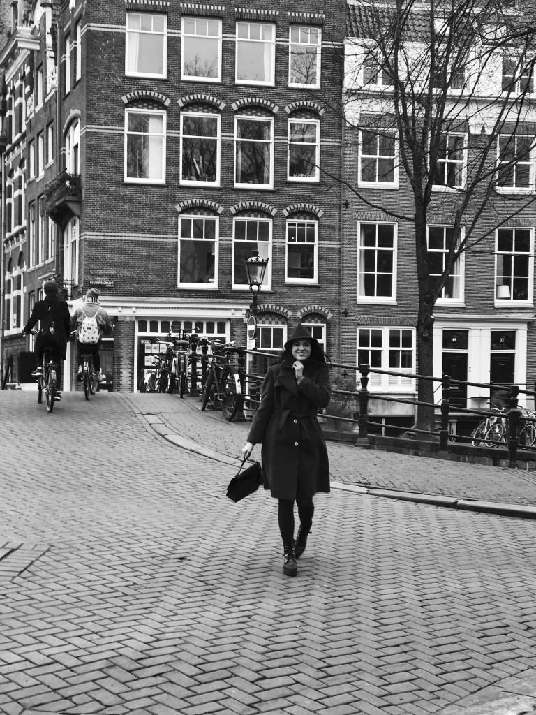 Lavinia Guglielman a passeggio per Amsterdam b/w