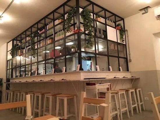 Cucina a vista e banco del ristorante Akira di Roma