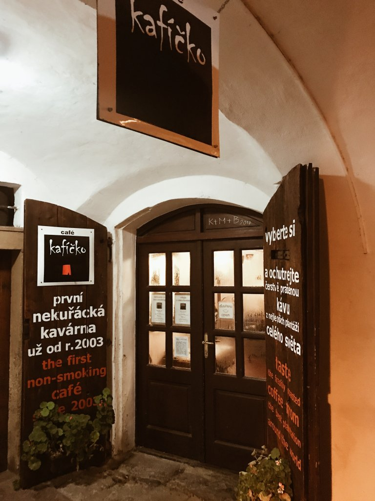 ingresso del ristorante KAFÍČKO a Praga