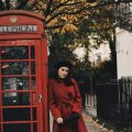 Lavinia Guglielman a Londra con cabina telefonica