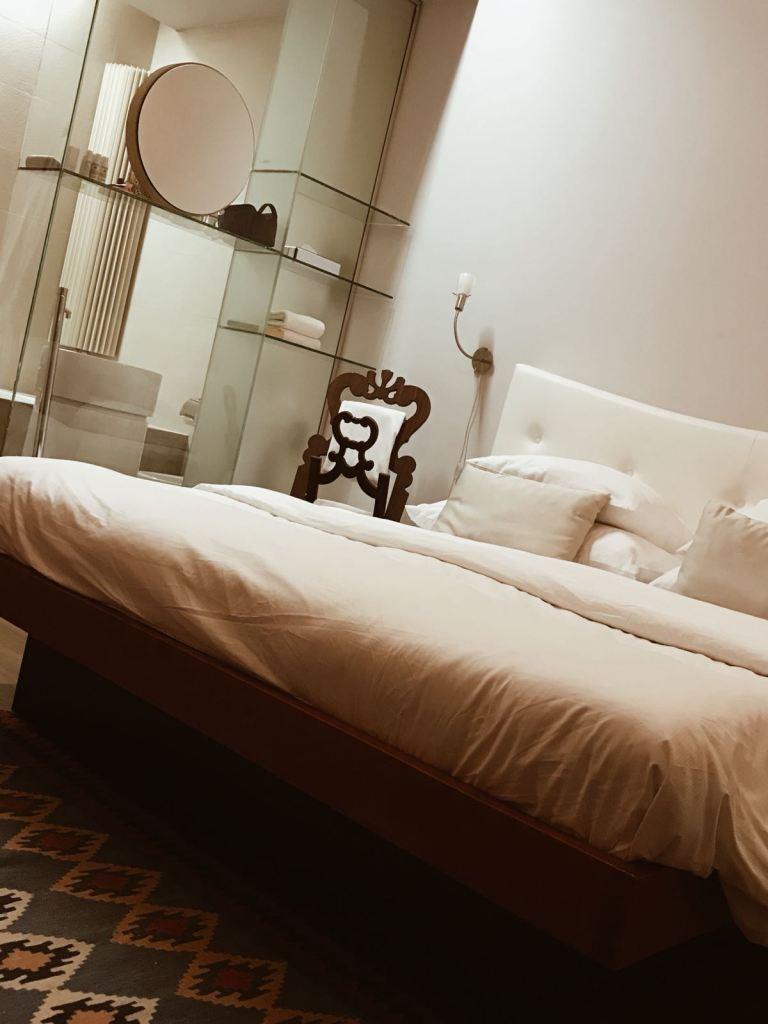 Interno della stanza 102 del Neruda Design Hotel