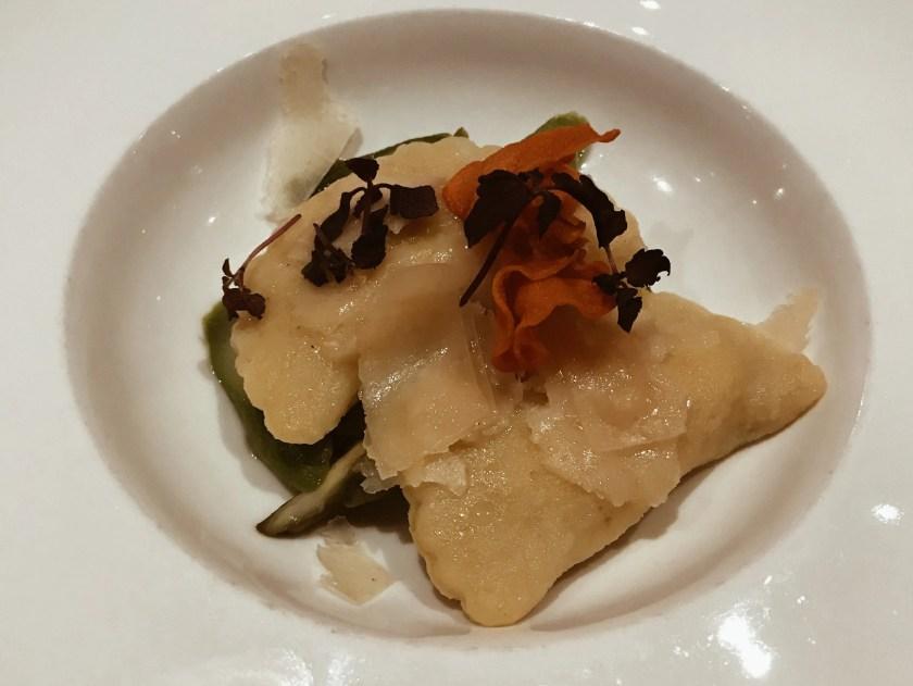 ravioli ripieni di verdure sul letto di spinaci