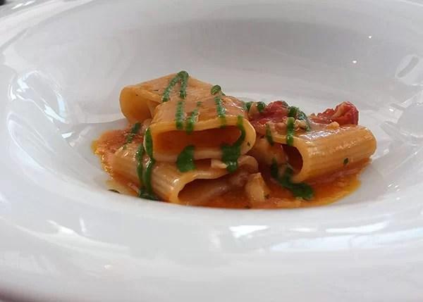 Il mezzo pacchero al ragù di ricciola, pomodorini e salsa al basilico