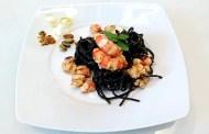 Linguine al nero di seppia con gamberoni, pistacchio, limone e Roero Arneis
