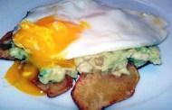 Tortino imperfetto di patate fritte, salsa guacamole, uova all'occhio di bue e Gavi del comune di Gavi