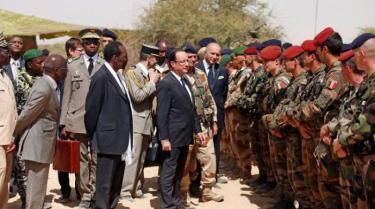 F Hollande en soutien aux troupes francaises au Mali