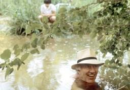 La pèche aux écrevisses se fait plongé dans l'eau, nu pour les attirer.