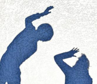 Un homme leve la main sur une femme