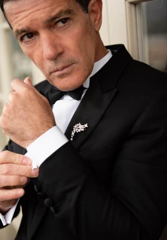 Antonio Banderas indossa spilla e gemelli Swarovski per la notte degli Oscar 2020 ©️BertieWatson