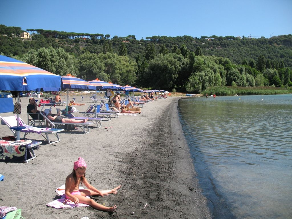 """Lago Albano: Asl Roma 6 e Istituto Zooprofilattico confermano la presenza di lumachine che possono causare in alcuni casi la """"dermatite dei nuotatori"""""""