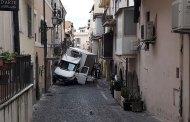 Castel Gandolfo: si incastra un camion in una via del centro