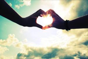 cuore mano nella mano giovani