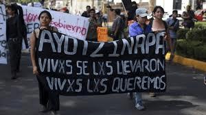 Manifestanti mostrano lo slogan della campagna di Giustizia e Verità promossa in Italia da Libera: Vivi li hanno presi, vivi li rivogliamo