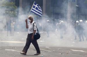 Crisi in Grecia, violenti scontri davanti al parlamento della capitale