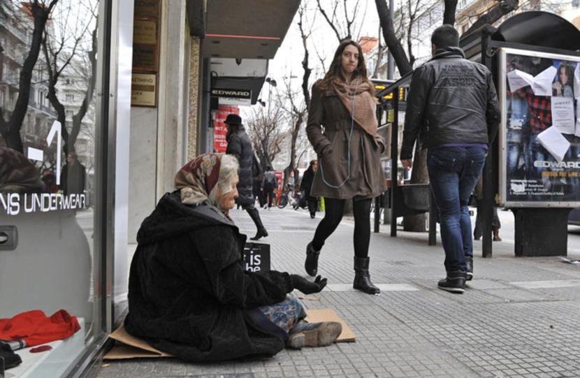 Un-anziana-chiede-la-carita-nel-centro-di-Salonicco_galleryzoom