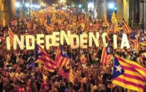 Una folla di catalani acclama l'indipendenza dopo i risultati delle elezioni