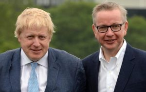 Boris Johnson (1964) insieme a Michael Gove (1967)