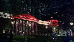 La Library di Melbourne con i colori della bandiera siriana