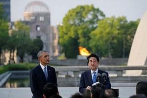 Il presidente USA Barack Obama ed il primo ministro giapponese Shinzo Abe presso l'Hiroshima Peace Memorial Park a Hiroshima, 27 Maggio 2016