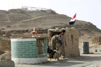 Soldati in uno dei checkpoint della città di Baraqish, da poco sotto il controllo degli houthi