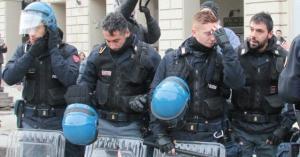 Durante le manifestazioni del 9 dicembre 2013, gli agenti si sono tolti i caschi a Torino, Milano e Genova