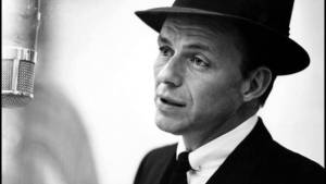 Frank Sinatra immortalato durante le registrazioni del suo album Songs for Swingin' Lovers!.