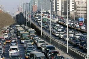 Un ingorgo di traffico a Pechino, dove l'inquinamento strutturale è ormai considerato uno dei più grandi problemi da risolvere