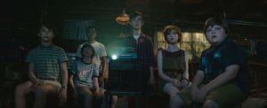 Il gruppo dei ragazzi che sfida It in una scena del film