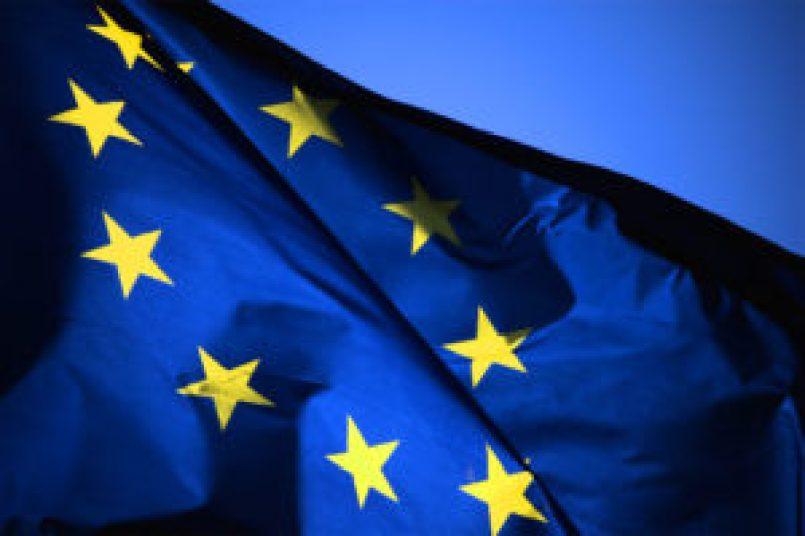 La bandiera dell'Europa raffigura dodici stelle dorate a cinque punte disposte in cerchio su campo blu; le stelle sono orientate con una punta verso l'alto. Anche se la bandiera viene comunemente associata all'Unione Europea, essa venne inizialmente adottata dal Consiglio d'Europa (a partire dall'8 Dicembre 1955) ed è pensata per rappresentare l'intera Europa geografica e non una particolare organizzazione.