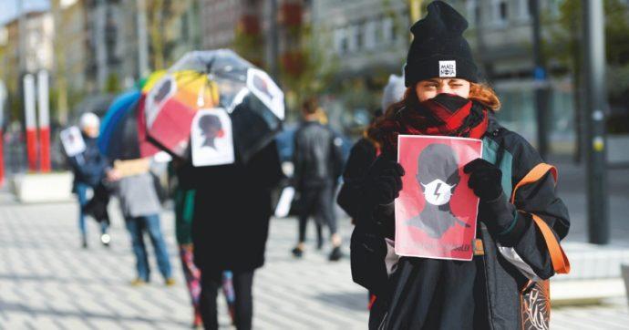 Proteste in Polonia per i piani di abbandono della convenzione sulla lotta alla violenza contro le donne