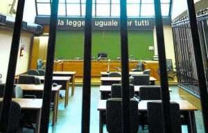 Un'aula del tribunale di Napoli. In alto da sinistra l'avvocato Ermanno Zancla, Kelly Duda e l'avvocato Stefano Bertone.