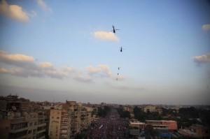 Elicotteri sulla folla al Cairo