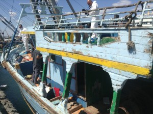Il peschereccio che ha portato fino alle rive della Plaia i clandestini, ora esaminato da personale di Polizia e Guardia Costiera