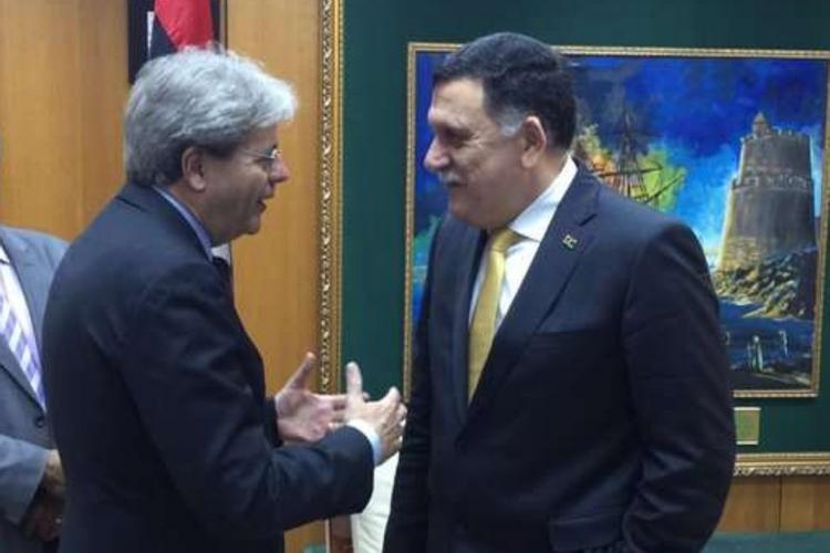 Il ministro degli Esteri Paolo Gentiloni con Fayez al Sarraj