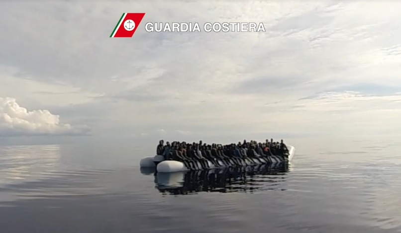 Tragedie nel Mediterraneo, barcone migranti soccorsi dalla Guardia Costiera italiana