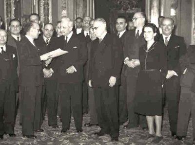 Umberto Terracini consegna il testo della Costituzione