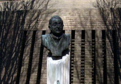 La statua di Giovanni Falcone nel giardino dell'FBI