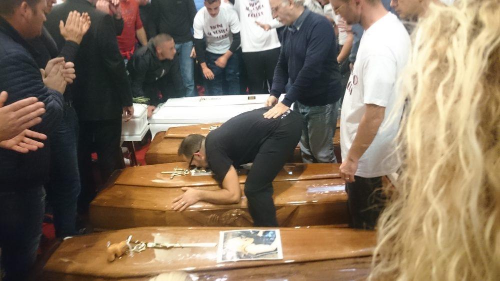 Un momento dei funerali (foto da LiveSicilia)