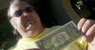 gary-con-una-delle-banconote-500x281