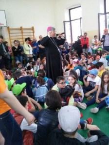 Il Vescovo di Oria S.E. Mons. Vincenzo PISANELLO insieme ai ragazzi dell'ACR