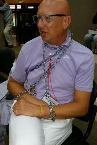 Uomo protesta in aula consiglio regionale per sospensione trasporto malati oncologici a Taranto